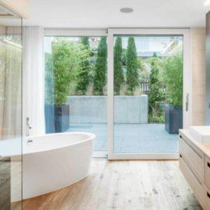 Two Face : Moderne Badezimmer von Marty Häuser AG