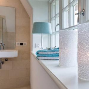 Home Staging Reetdachhaus auf Sylt : Badezimmer im Landhausstil von Immofoto-Sylt