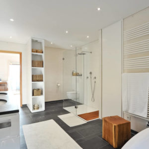 Wohnhaus in Marquartstein : Moderne Badezimmer von Architekturbüro Martin Schaub